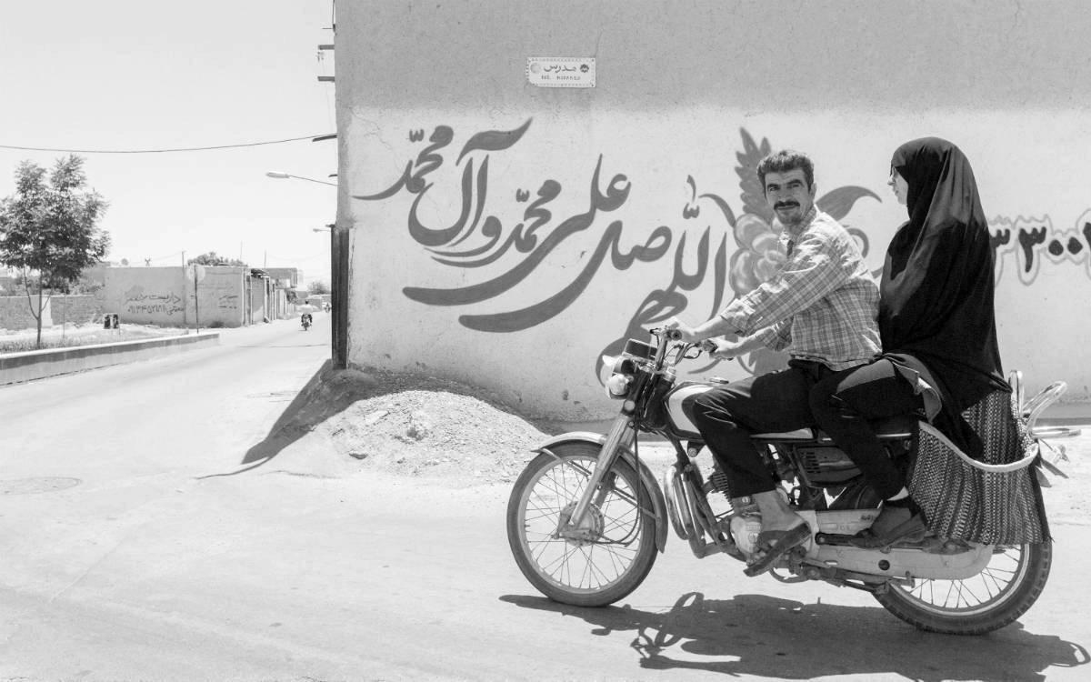bijela djevojka izlazi s perzijskim muškarcem