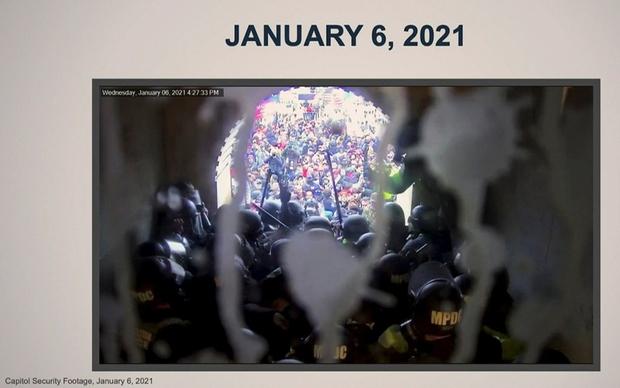 Snimka nadzorne kamere trenutka upada Tumpovih pristaša u Kongres