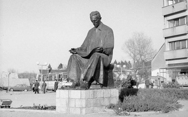 Gospić nekad – Teslin spomenik na centralnom gradskom trgu (Foto: jadovno.com)