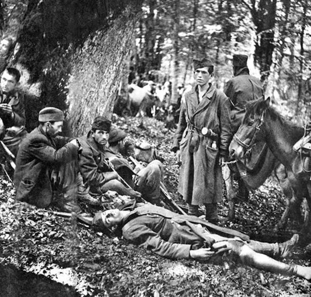 Borci i ranjenici koje je 9. lipnja 1943. na Sutjesci snimio fotograf Žorž Skrigin