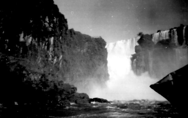 U podnožju vodopada Iguazu: u pozadini ulaz u Vražji prolaz (Foto: Đorđe Ličina)